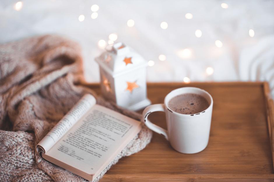 Buch & heißes Getränk