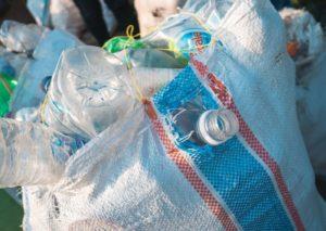 Plastikmüll und Plastikflaschen