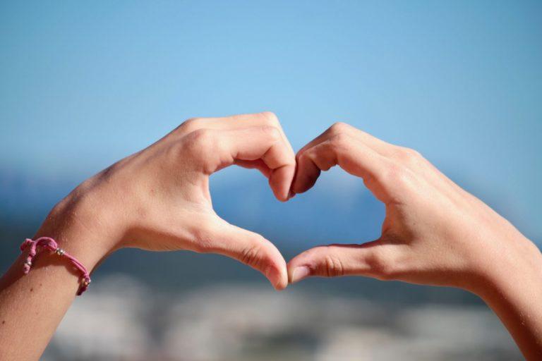 2 Hände zu einem Herzen geformt