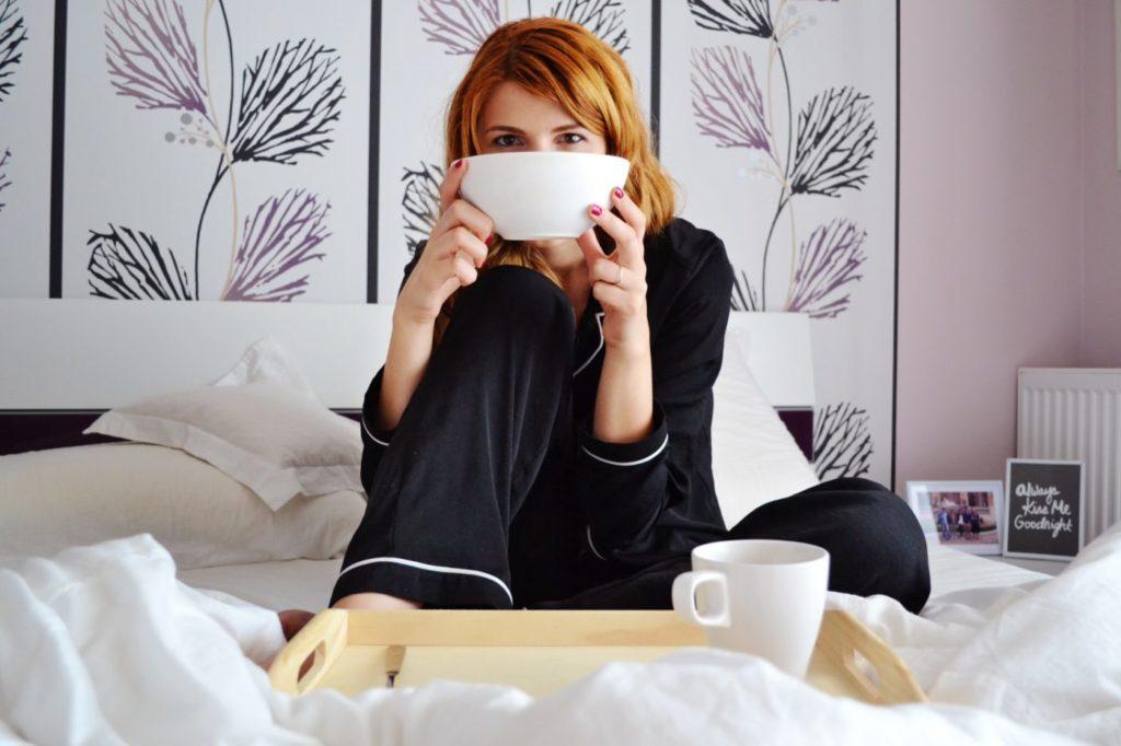 Frau beim Frühstück im Bett